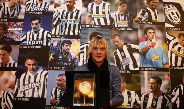 Милош Красич получает премию «Золотой  каштан», как лучший игрок минувшего сезона по версии болельщиков